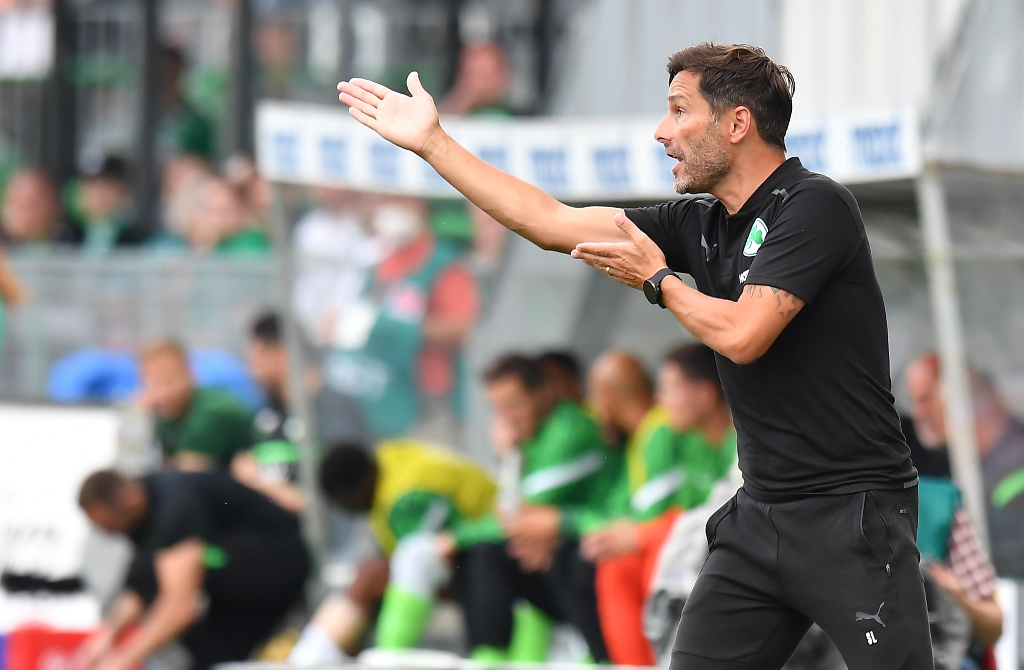 Fürths Trainer Stefan Leitl coacht engagiert an der Seitenlinie.