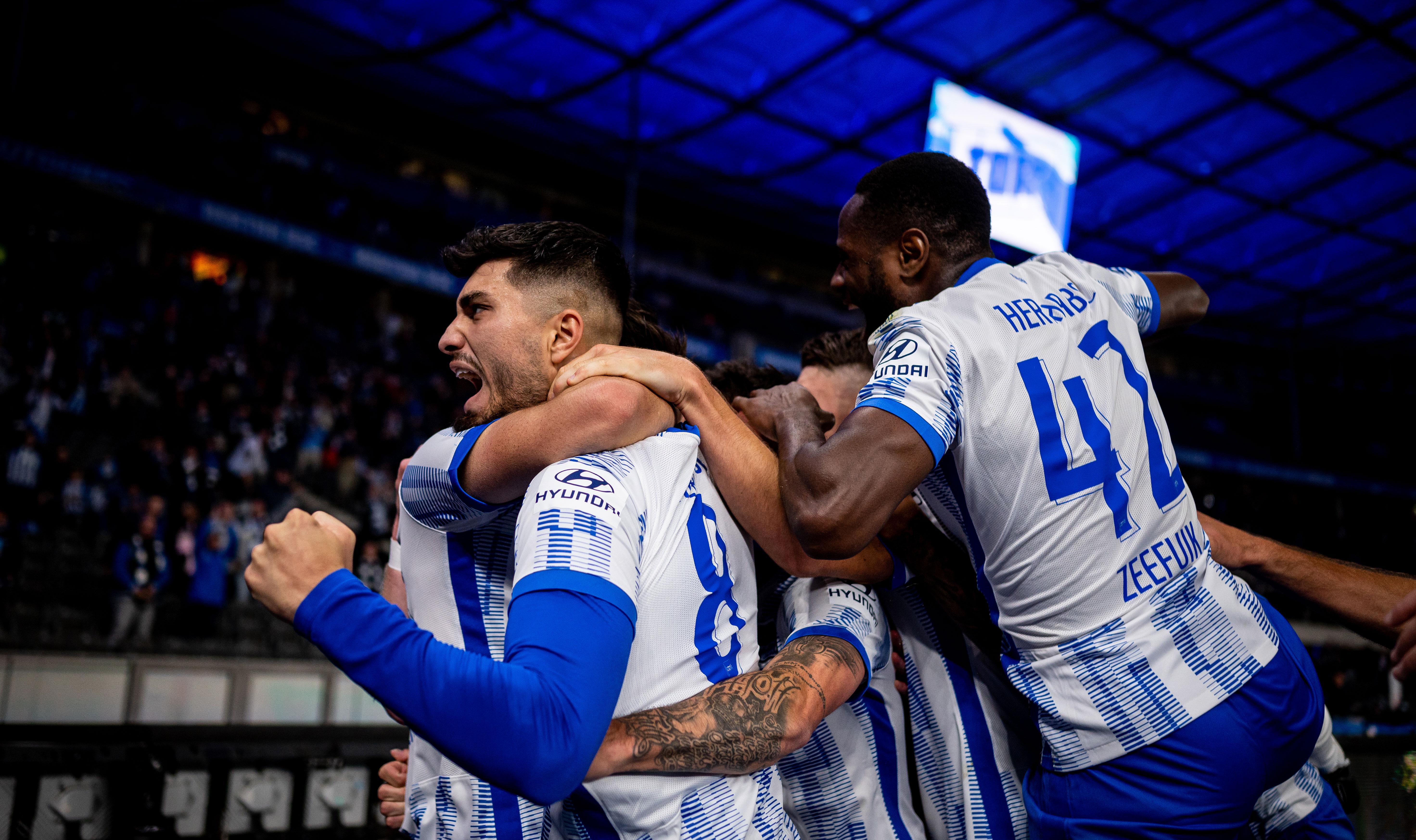 Deyovaisio Zeefuik und seine Mitspieler bejubeln den Siegtreffer gegen Fürth.
