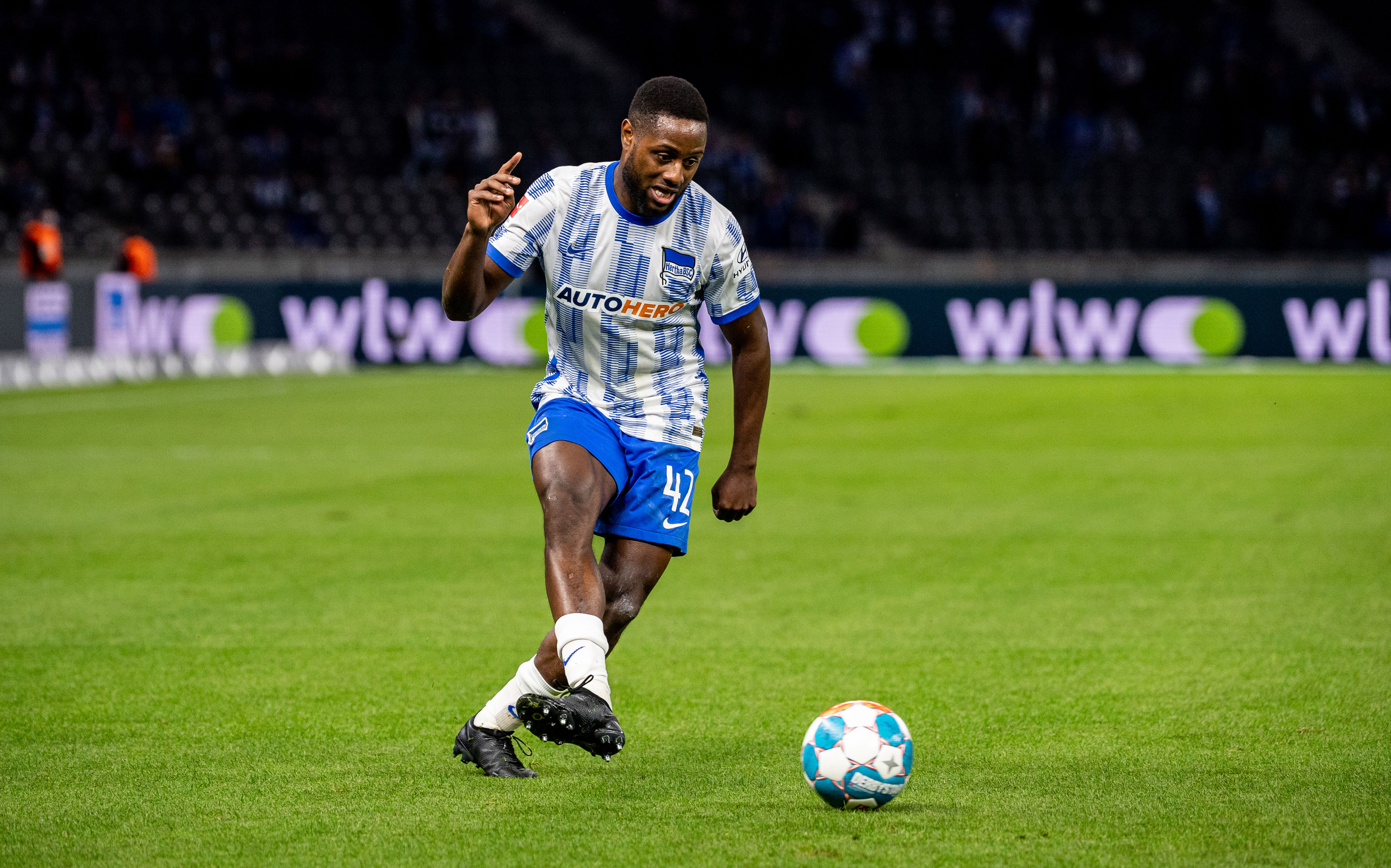 Deyovaisio Zeefuik passt den Ball im Heimspiel gegen Fürth.