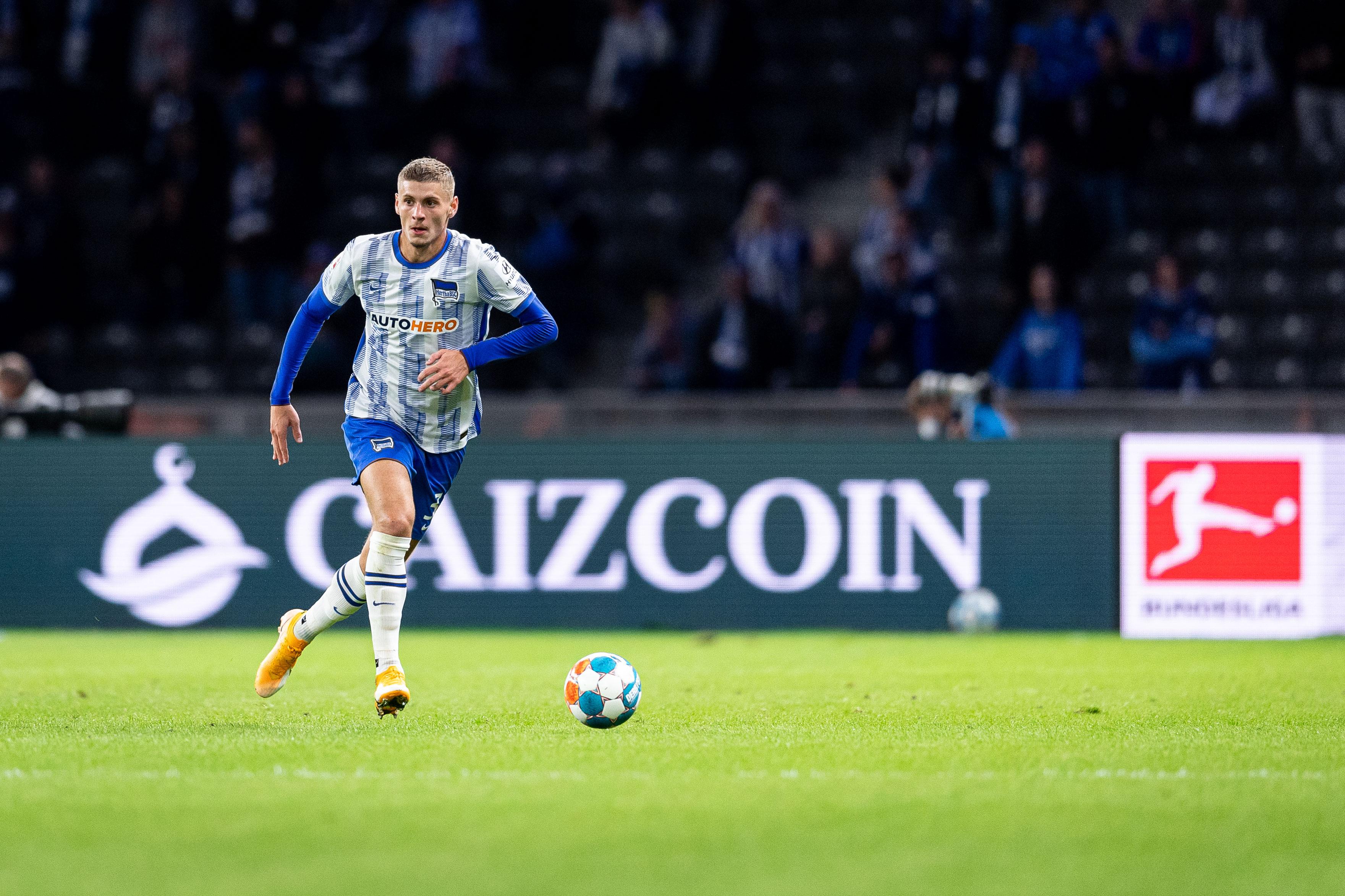 Márton Dárdai führt den Ball, im Hintergrund sieht man eine Caizcoin-Bandenwerbung.