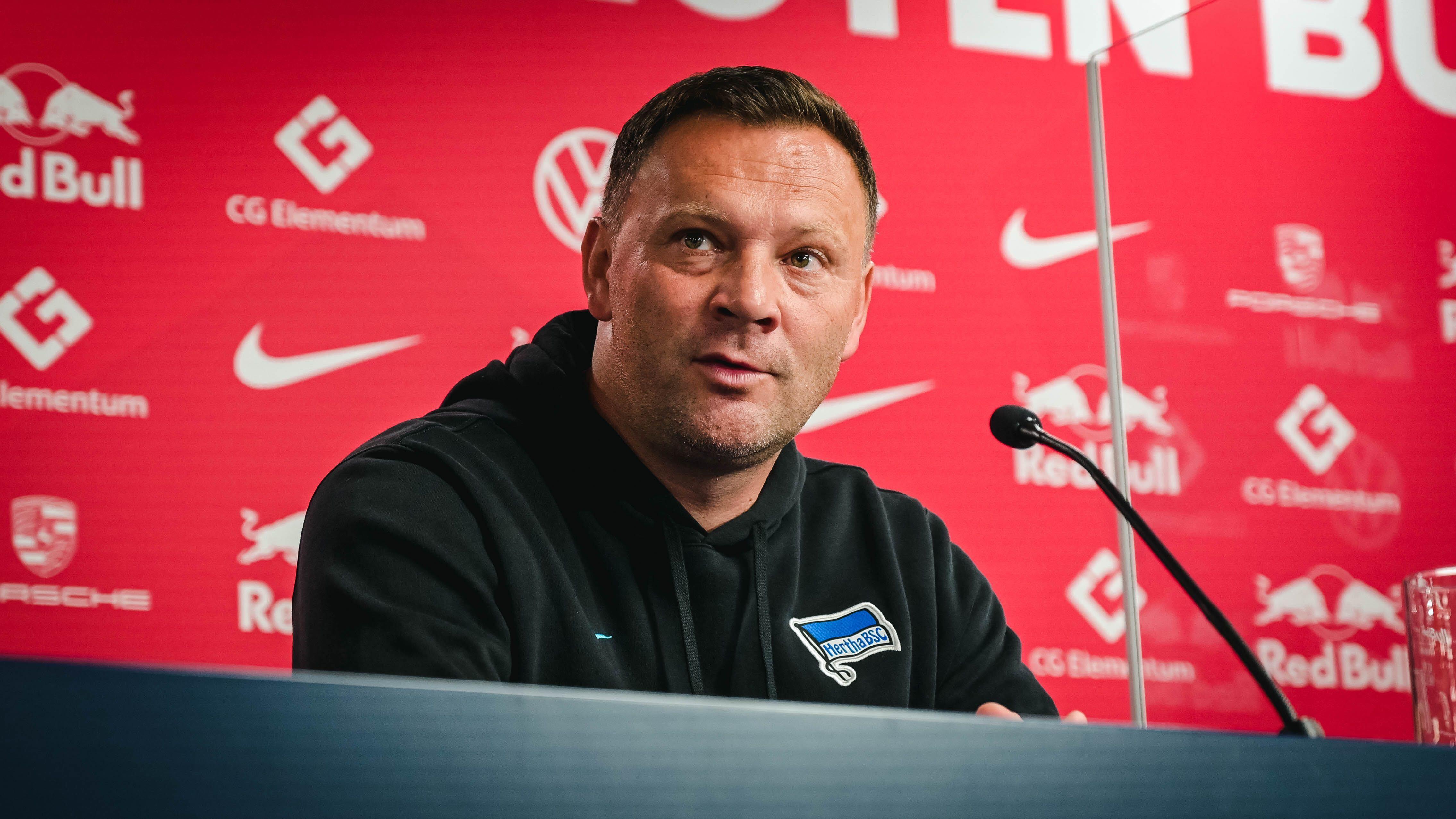 Pál Dárdai sitzt auf dem Podium in der Leipziger Arena.