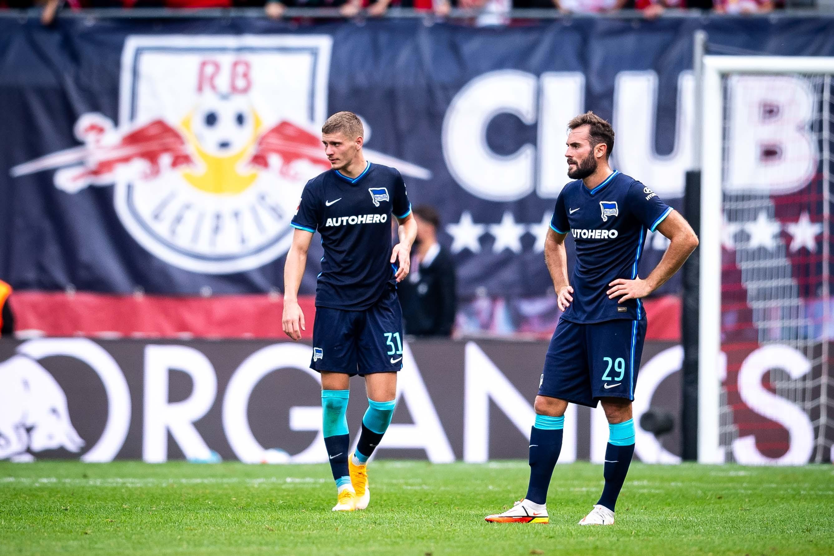 Márton Dárdai und Lucas Tousart stehen auf dem Rasen und blicken ins Leere.