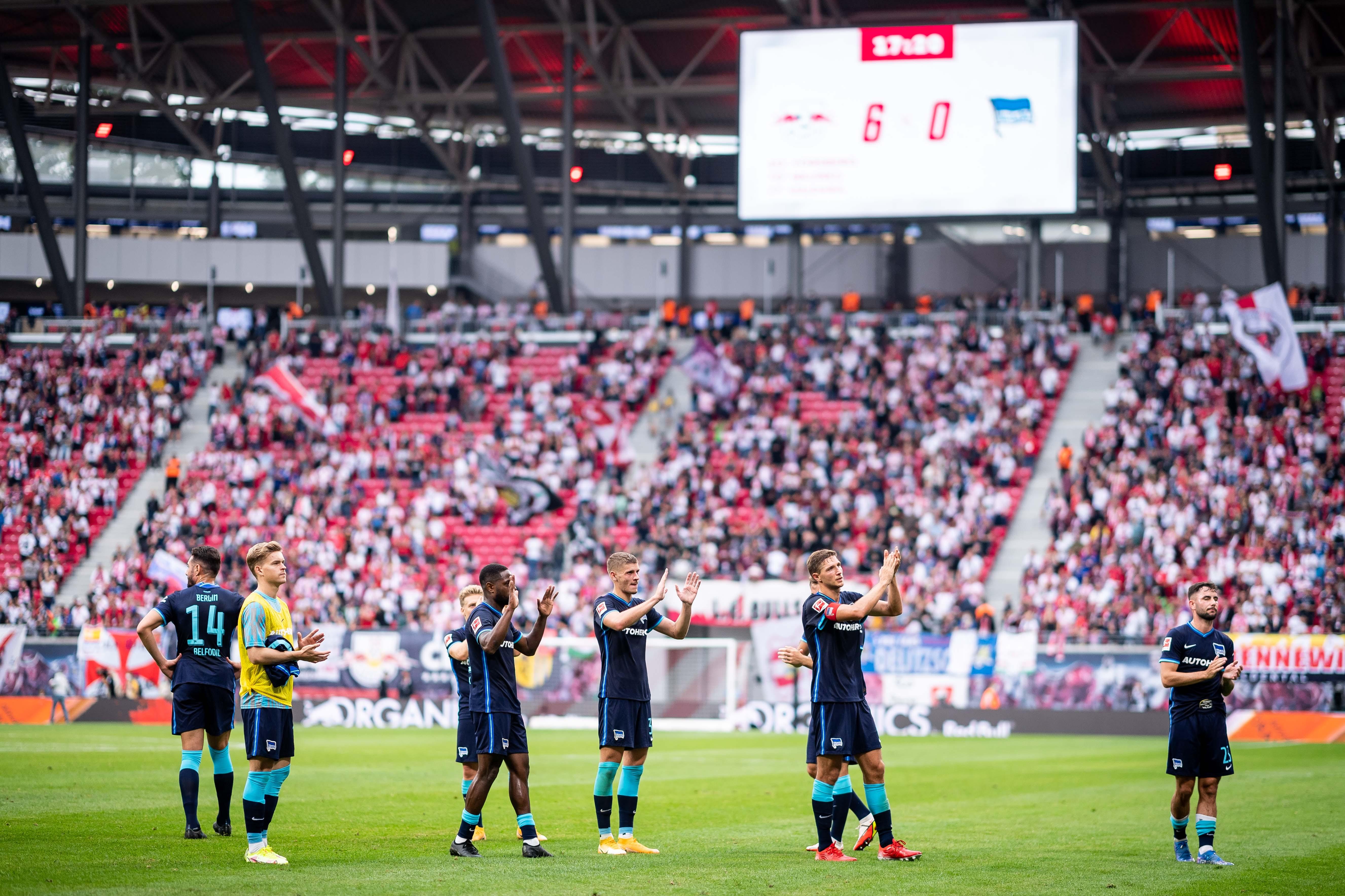 Hertha-Spieler applaudieren ihren Fans vom Rasen.