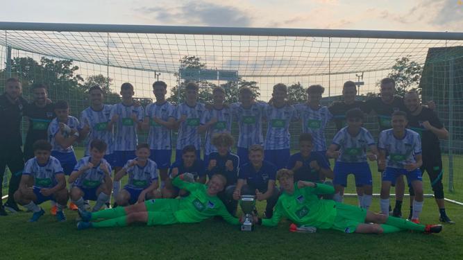 Mannschaftsfoto der U16 mit dem Pokal.