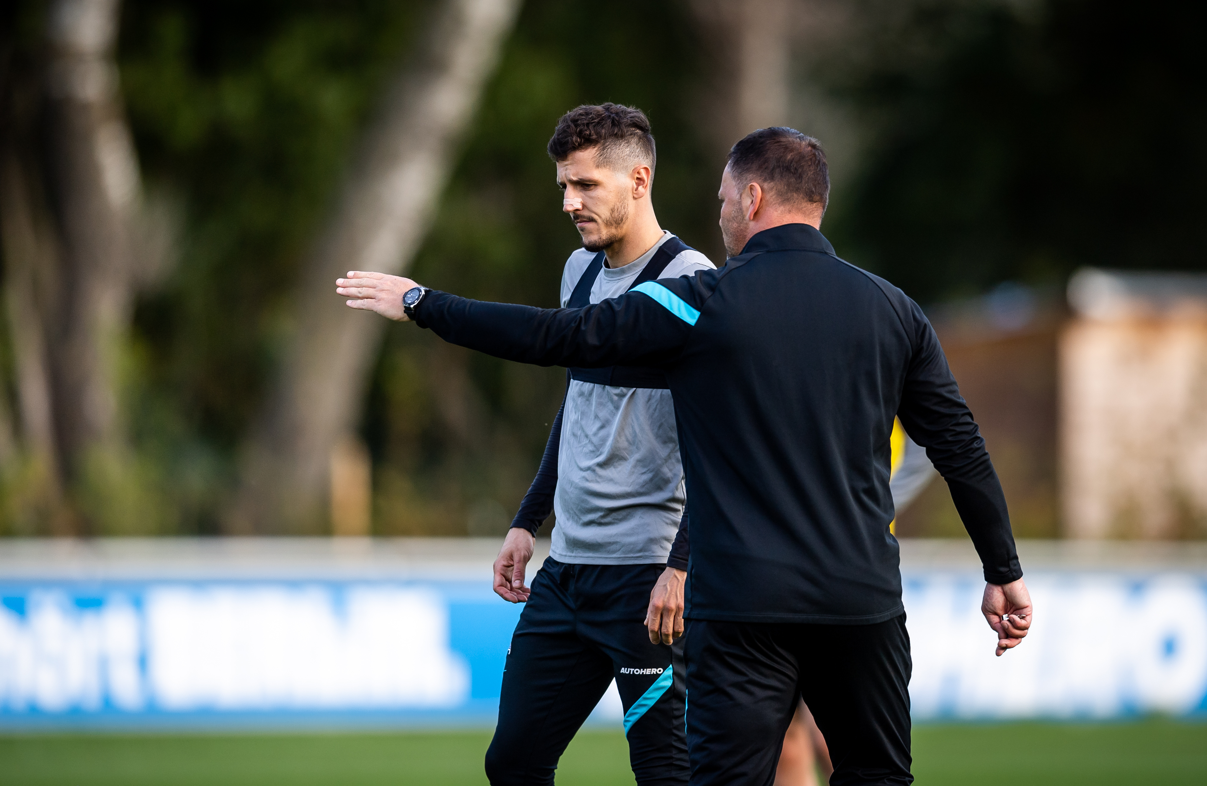 Pál Dárdai le da instrucciones a Stevan Jovetić durante el entrenamiento.