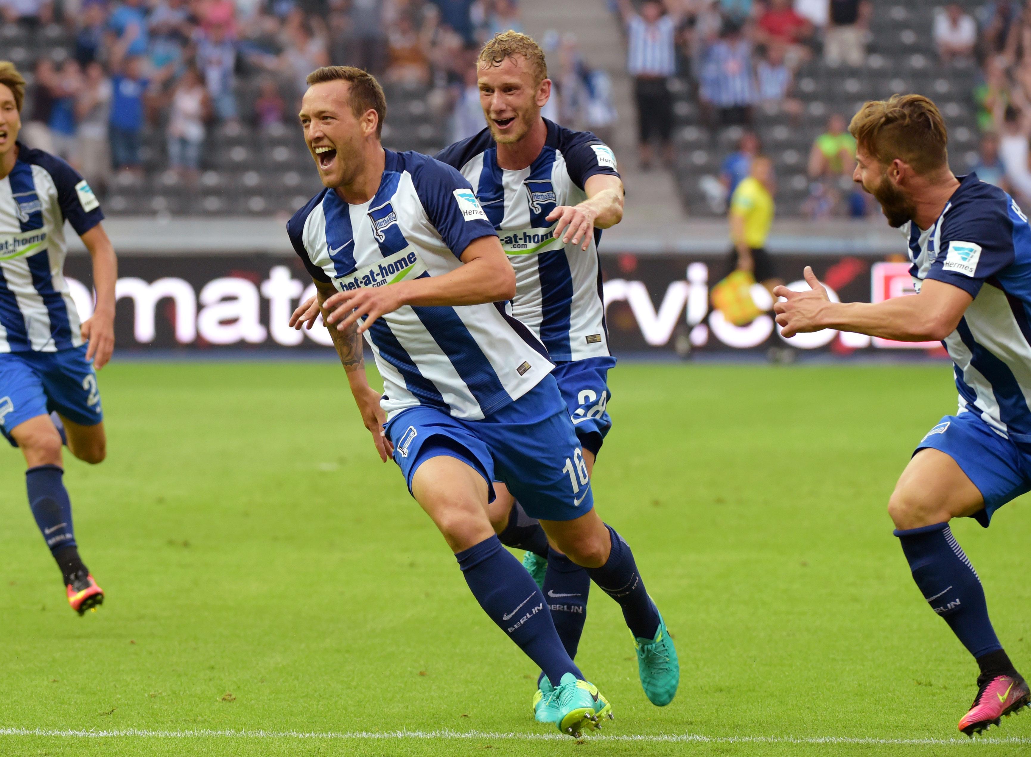 Julian Schieber, Fabian Lustenberger y Marvin Plattenhardt celebran la victoria en el último minuto contra el Freiburg.