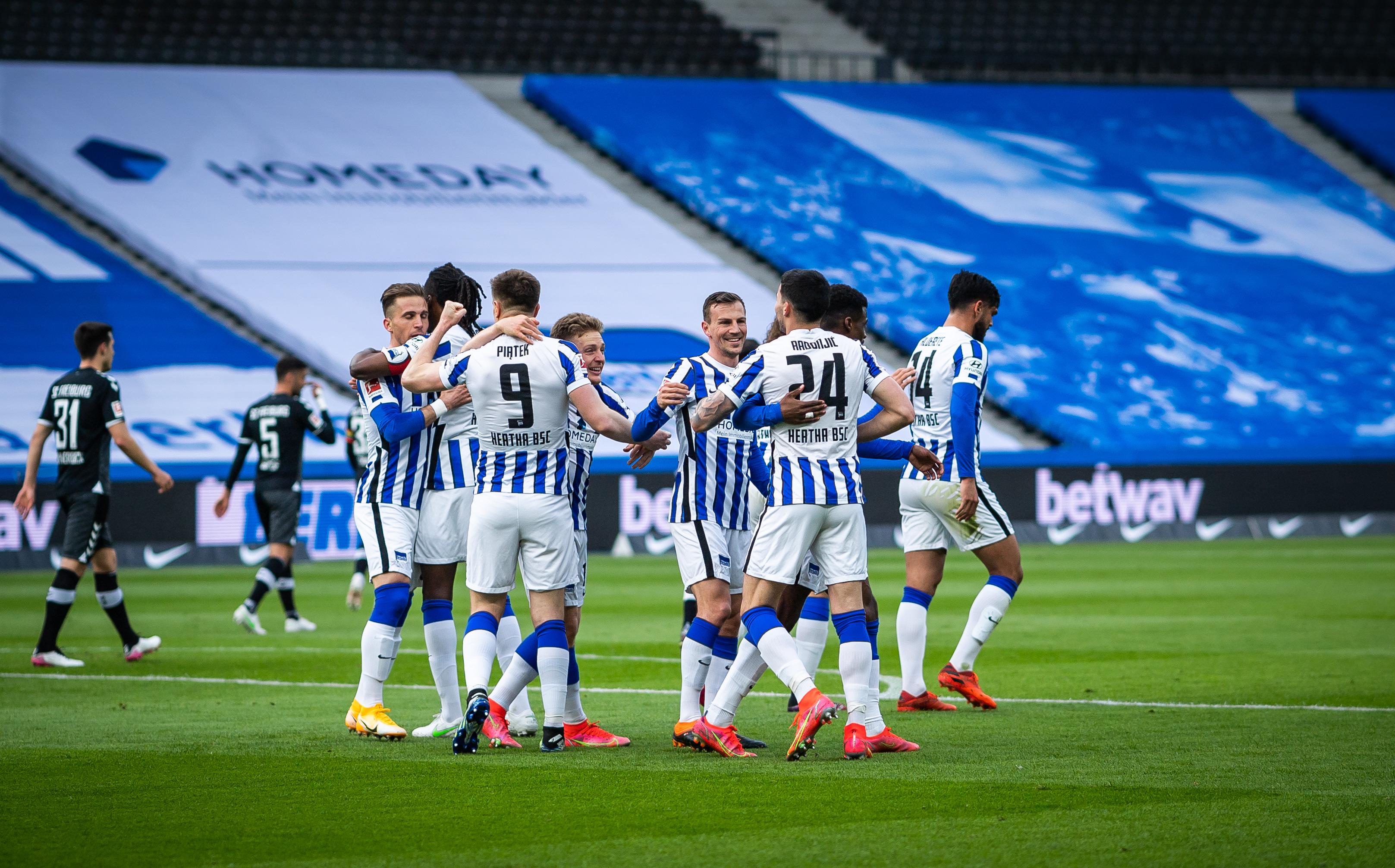 Unsere Mannschaft bejubelt einen Treffer gegen Freiburg.