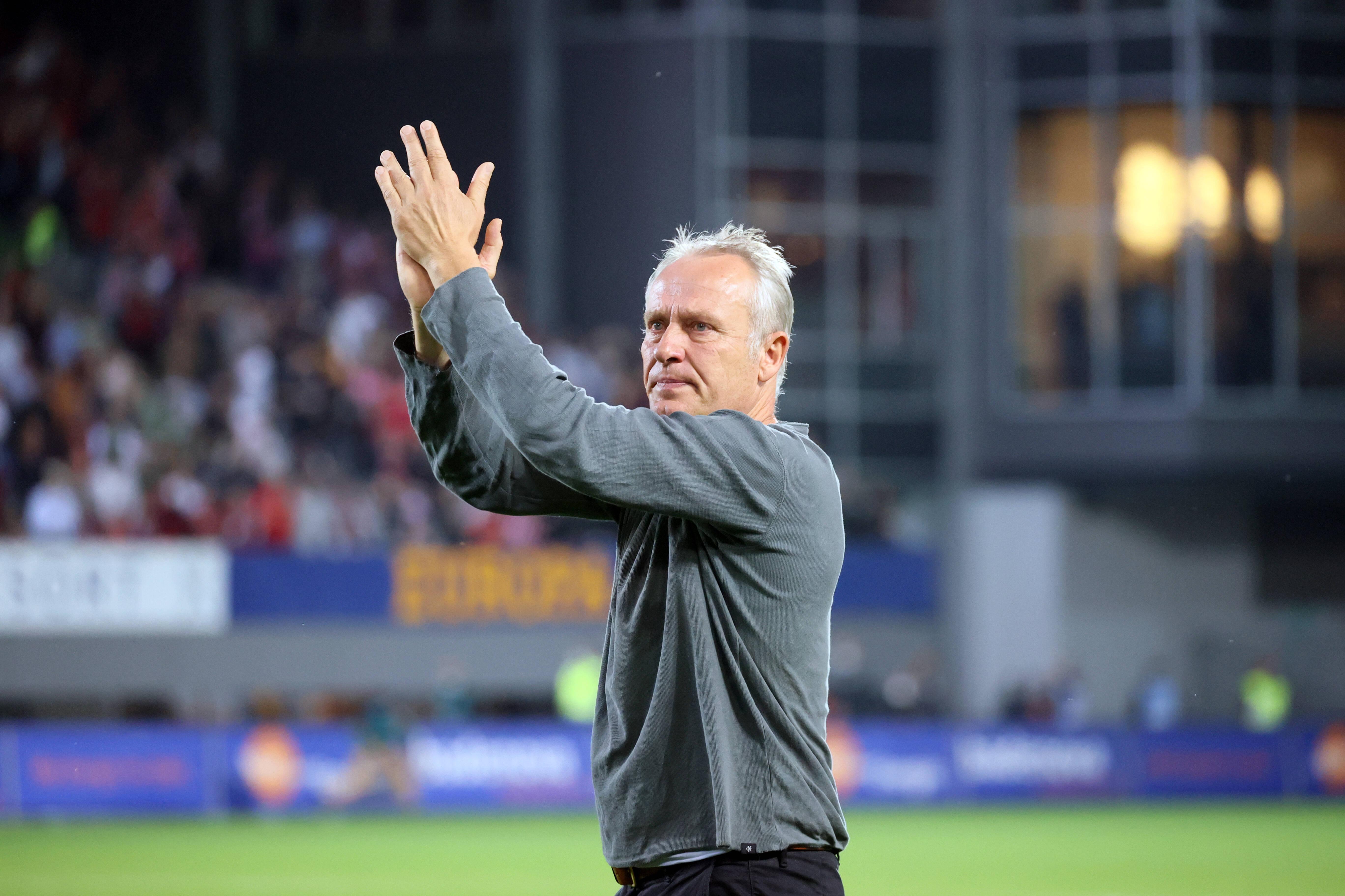 Christian Streich aplaude a los aficionados del Freiburg.