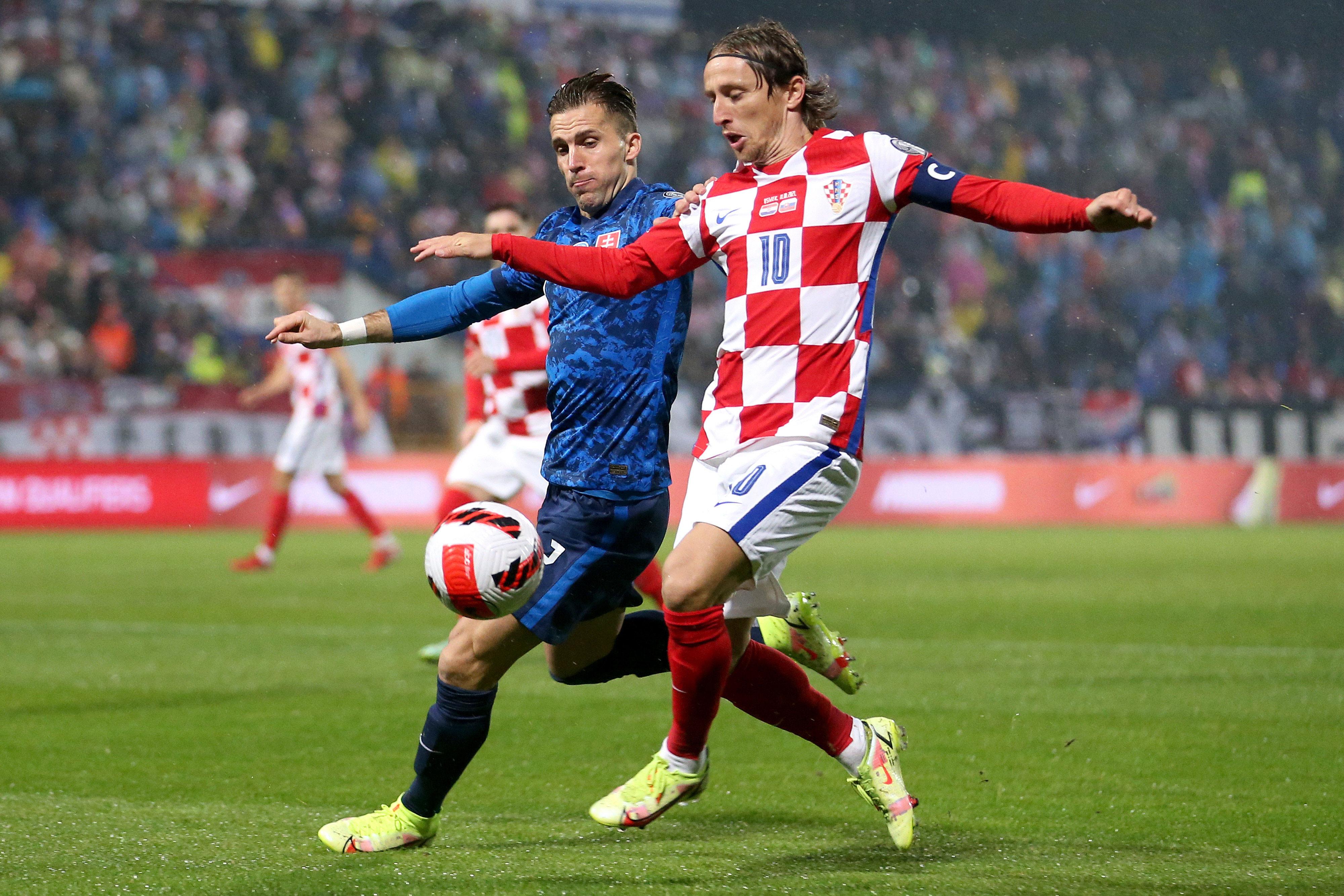 Peter Pekarík se enfrenta a Luka Modrić por el balón.