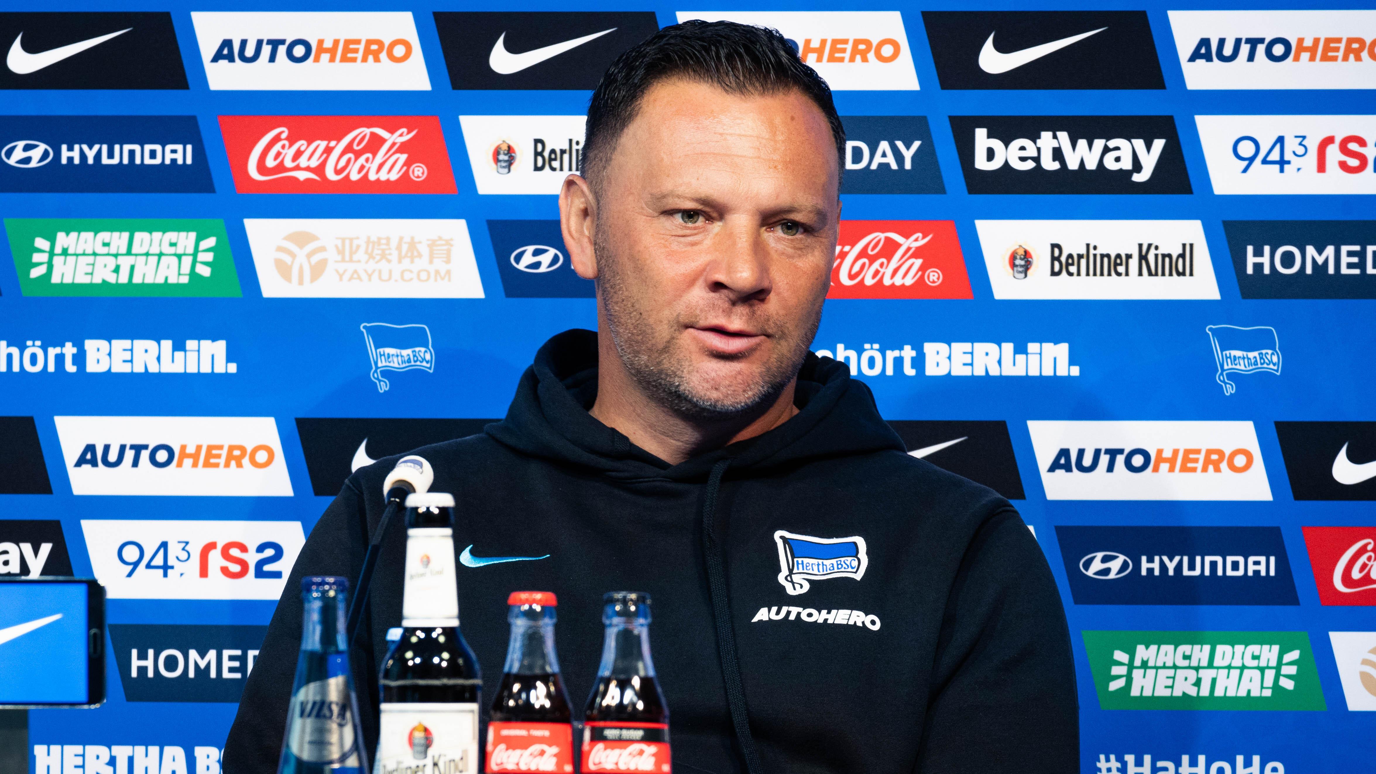 Pál Dárdai en el podio de la sala de prensa.
