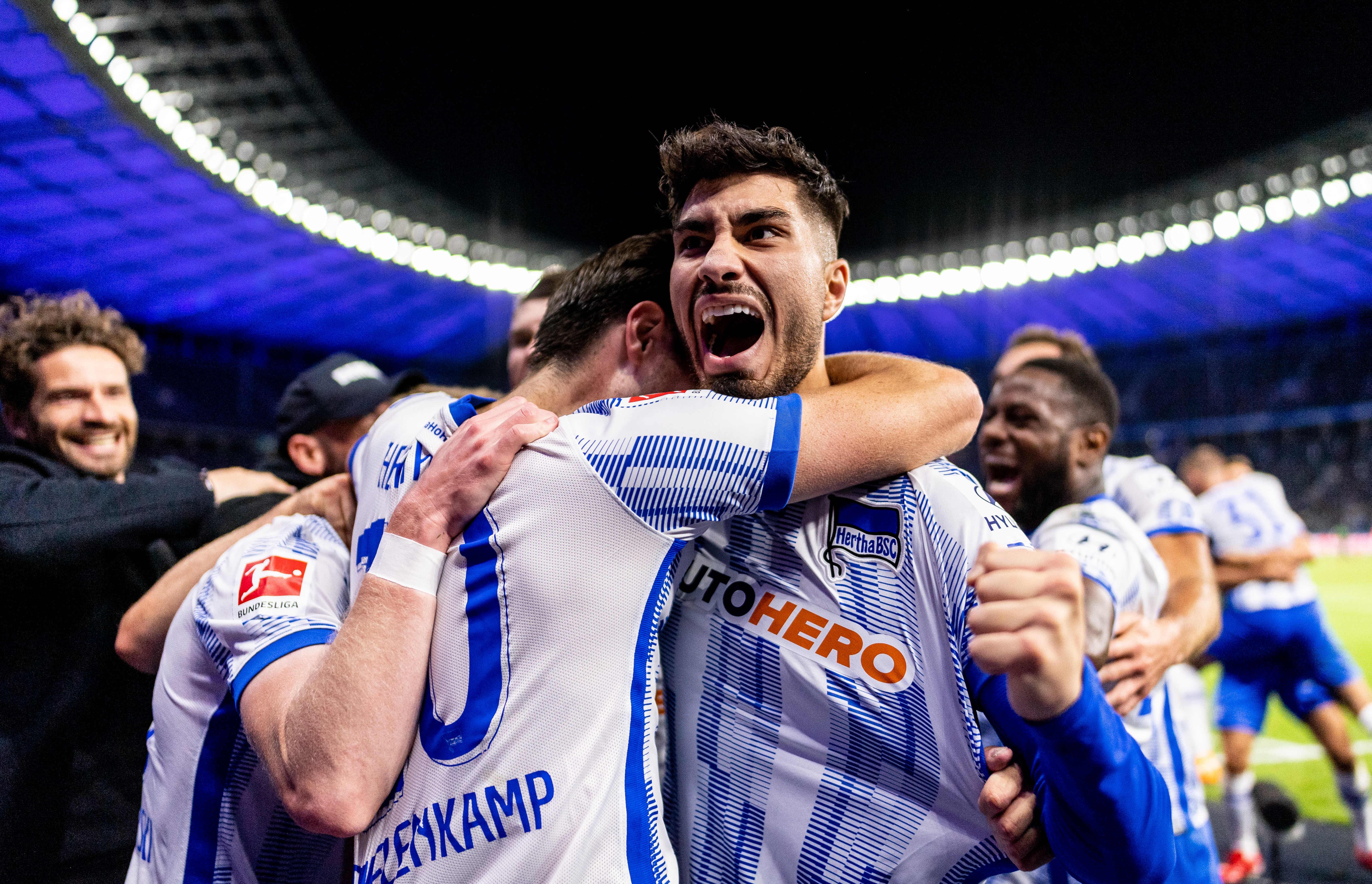 Suat Serdar schreit nach dem Tor seine Freude heraus und jubelt mit seiner Mannschaft.