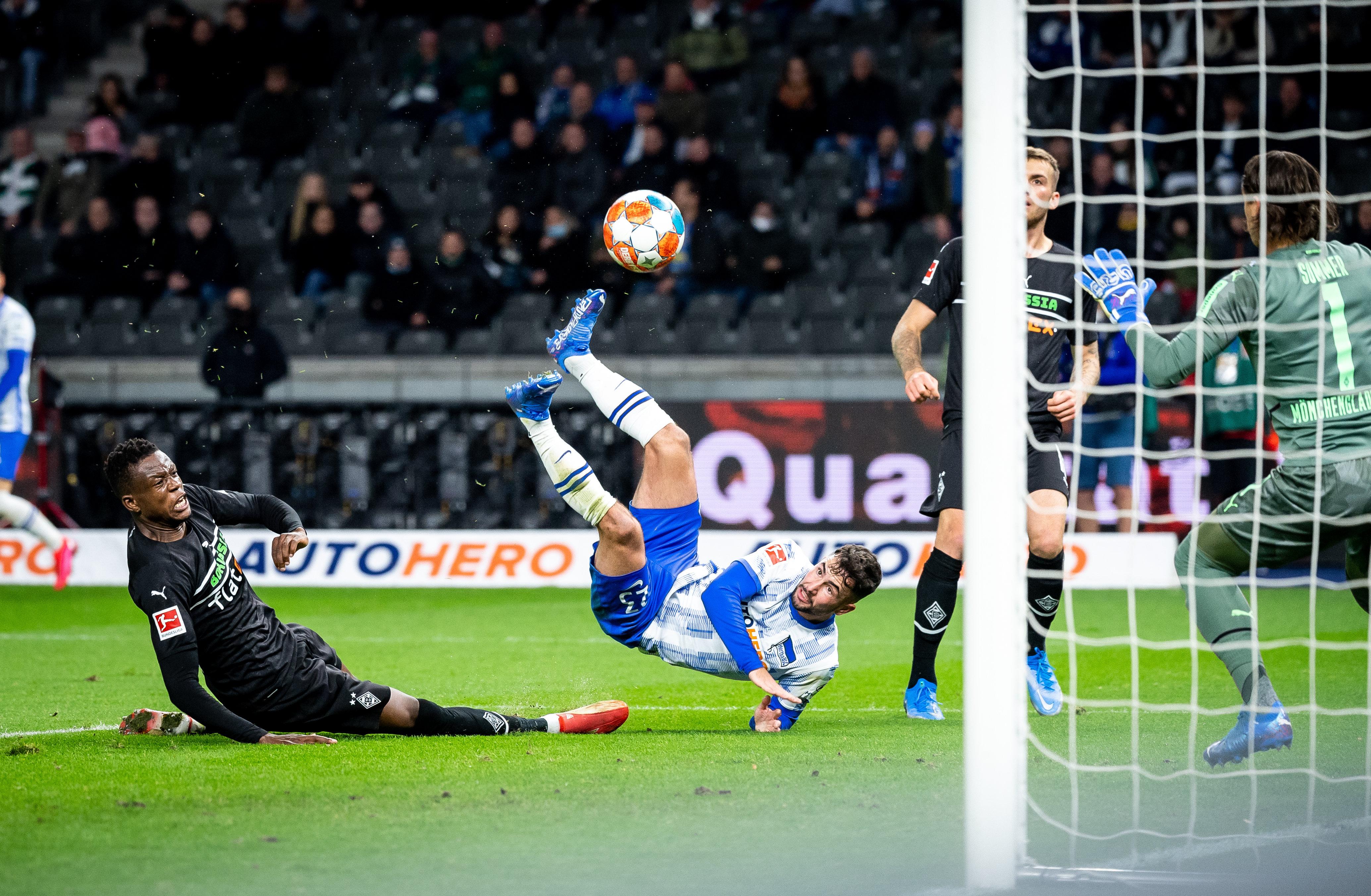 Marco Richter erzielt mit einem Seitfallzieher das 1:0 gegen Mönchengladbach.