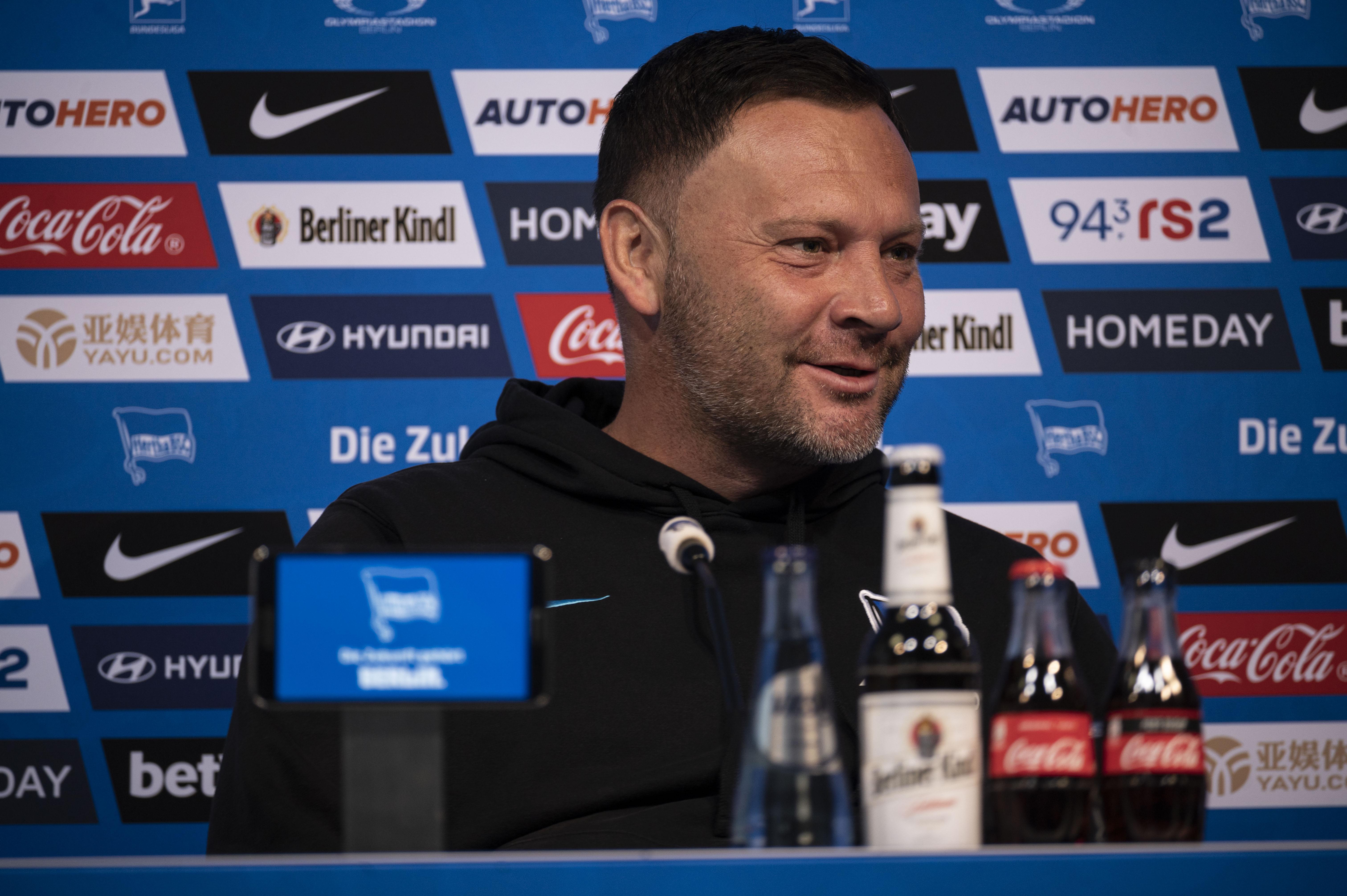 Pál Dárdai sitzt auf dem Podium im Medienraum von Hertha BSC.